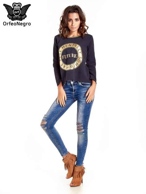 Granatowa bluza w stylu glamour ze złotym nadrukiem i lamówką                                  zdj.                                  9