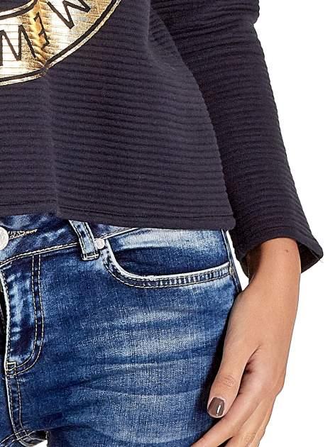 Granatowa bluza w stylu glamour ze złotym nadrukiem i lamówką                                  zdj.                                  6