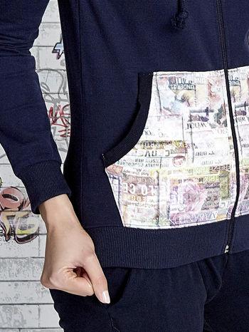 Granatowa bluza z kapturem i motywem newspaper print                                  zdj.                                  7