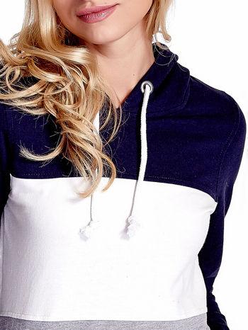 Granatowa bluza z kapturem z białym i szarym wykończeniem                                  zdj.                                  6