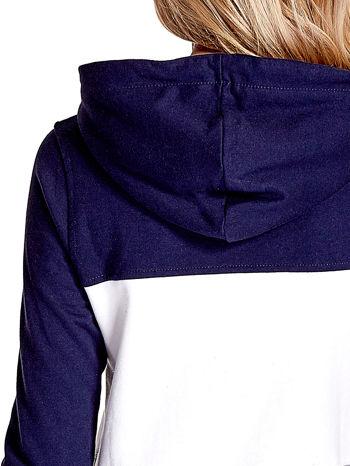 Granatowa bluza z kapturem z białym i szarym wykończeniem                                  zdj.                                  7