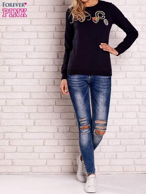 Granatowa bluza z kolorowymi naszywkami                                  zdj.                                  2