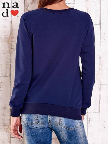 Granatowa bluza z nadrukiem szpilek                                  zdj.                                  2