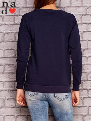 Granatowa bluza z napisem CODZIENNIE BUDZĘ SIĘ PIĘKNIEJSZA                                  zdj.                                  4