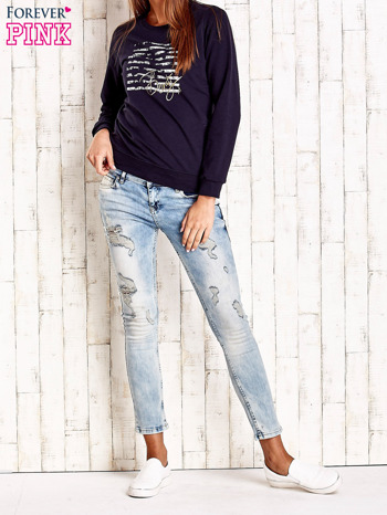 Granatowa bluza z tekstowym nadrukiem                                  zdj.                                  4
