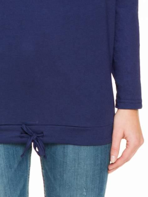 Granatowa bluzka dresowa z kołnierzokapturem i ściągaczem na dole                                  zdj.                                  6