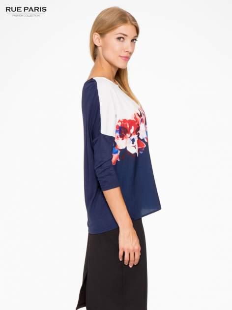 Granatowa bluzka o nietoperzowym kroju z nadrukiem kwiatów                                  zdj.                                  3