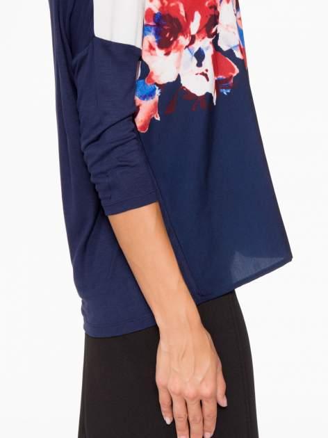 Granatowa bluzka o nietoperzowym kroju z nadrukiem kwiatów                                  zdj.                                  9