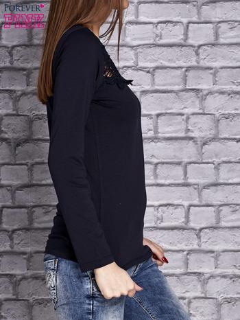 Granatowa bluzka z koronkową wstawką                                  zdj.                                  3