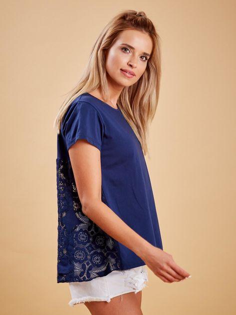 Granatowa bluzka z koronkową wstawką na plecach                              zdj.                              3