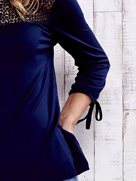 Granatowa bluzka z koronkowym dekoltem                                  zdj.                                  6