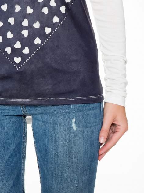 Granatowa bluzka z motywem serca i reglanowymi rękawami                                  zdj.                                  8