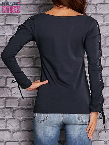 Granatowa bluzka z wiązaniem na rękawach                                  zdj.                                  4