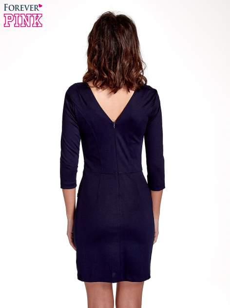 Granatowa dopasowana sukienka z ażurowym wykończeniem                                  zdj.                                  4