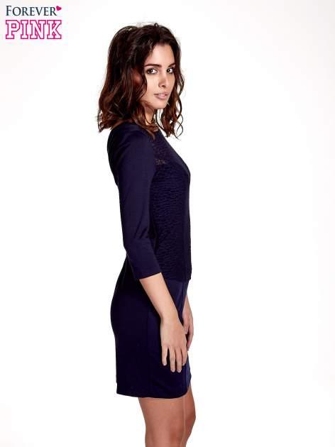 Granatowa dopasowana sukienka z ażurowym wykończeniem                                  zdj.                                  2