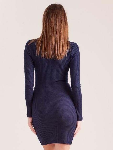 Granatowa dopasowana sukienka z głębokim dekoltem V                              zdj.                              2