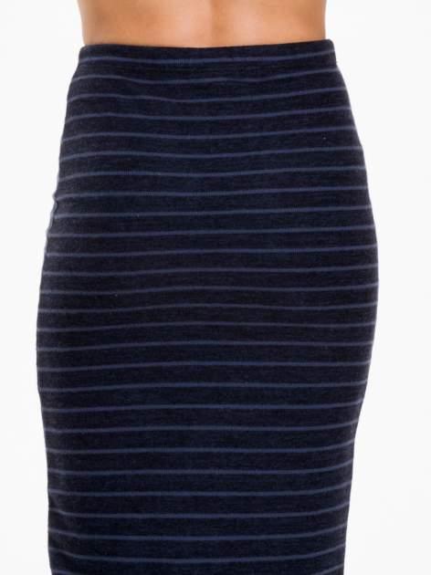 Granatowa dzianinowa spódnica w paski za kolano                                  zdj.                                  6