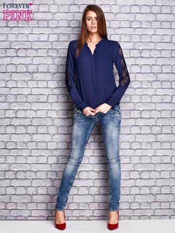 Granatowa koszula z koronkowymi wstawkami na ramionach                               zdj.                              2