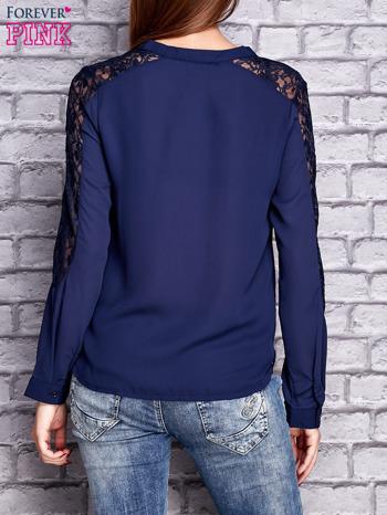 Granatowa koszula z koronkowymi wstawkami na ramionach                               zdj.                              4
