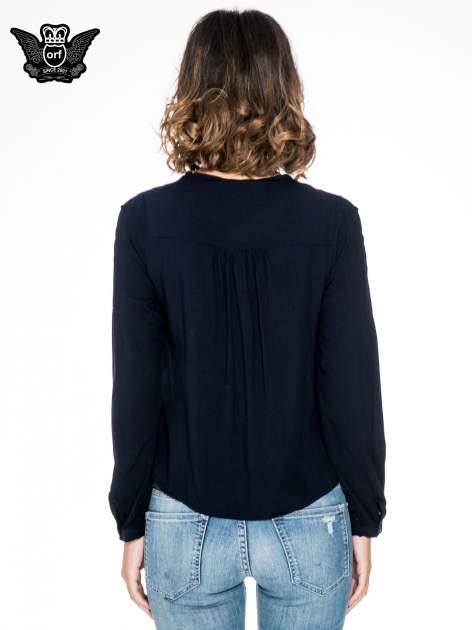 Granatowa koszula ze wzorzystą wstawką w stylu etno                                  zdj.                                  2