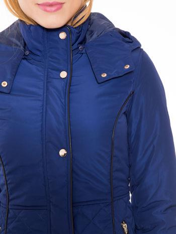 Granatowa kurtka z pikowanymi wstawkami i kontrastową lamówką                                  zdj.                                  6