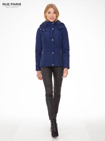 Granatowa kurtka z pikowanymi wstawkami i kontrastową lamówką                                  zdj.                                  5
