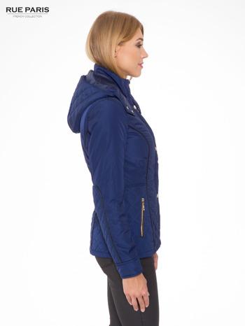 Granatowa kurtka z pikowanymi wstawkami i kontrastową lamówką                                  zdj.                                  3