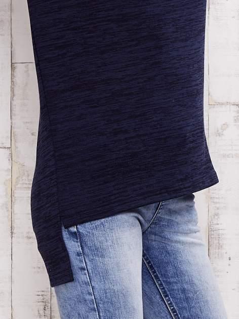 Granatowa melanżowa bluzka z trójkątnym dekoltem                                  zdj.                                  6