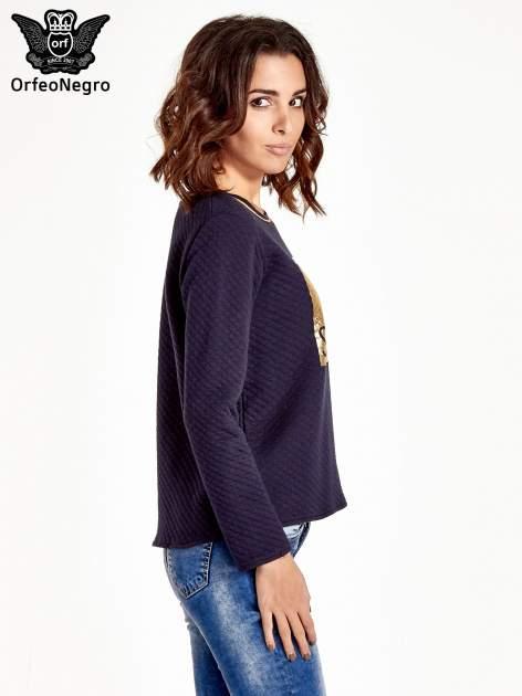 Granatowa pikowana bluza w stylu glamour ze złotym nadrukiem i lamówką                                  zdj.                                  3