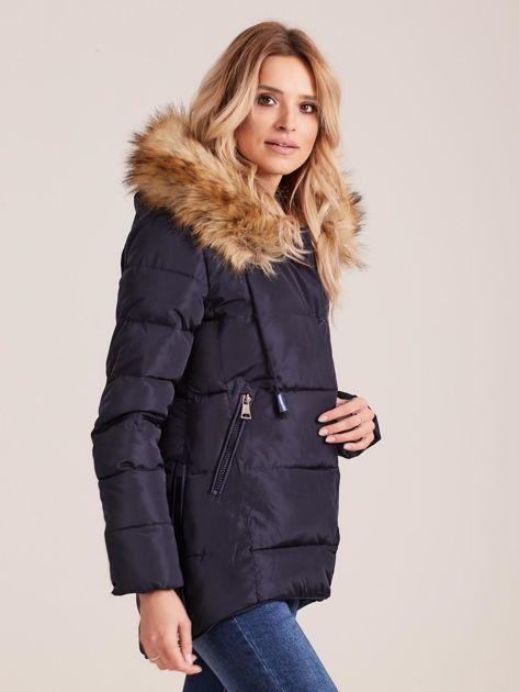 Granatowa pikowana kurtka damska z futerkiem                              zdj.                              3
