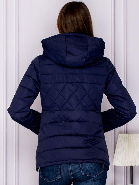 Granatowa pikowana kurtka z kapturem                              zdj.                              2