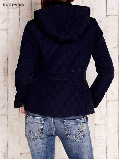 Granatowa pikowana kurtka z kapturem i skórzaną lamówką                                  zdj.                                  4