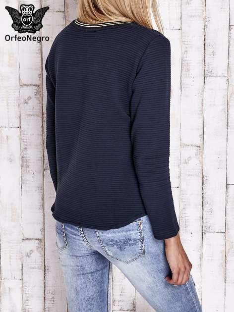 Granatowa prążkowana bluza ze złotym nadrukiem FASHION                                  zdj.                                  2