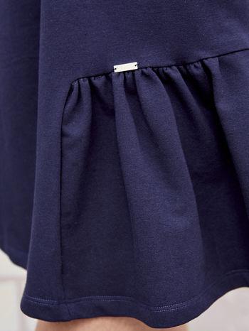 Granatowa sukienka dresowa z falbanami z boku                                  zdj.                                  5
