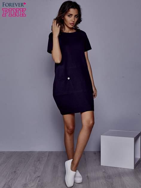 Granatowa sukienka dresowa z kieszenią z boku                                  zdj.                                  4