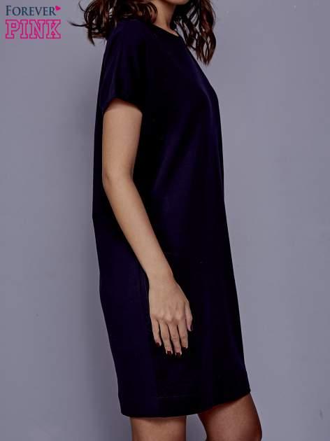 Granatowa sukienka dresowa z kieszeniami po bokach                                  zdj.                                  3
