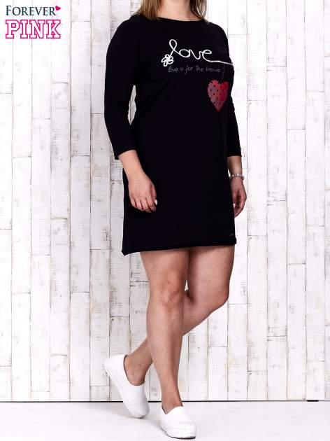 Granatowa sukienka dresowa z napisem LOVE PLUS SIZE                                  zdj.                                  2