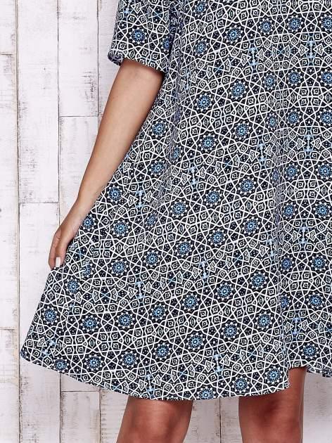 Granatowa sukienka oversize z graficznym nadrukiem                                  zdj.                                  5