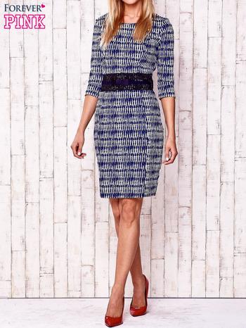 Granatowa sukienka w graficzne wzory z koronkową aplikacją                                  zdj.                                  2