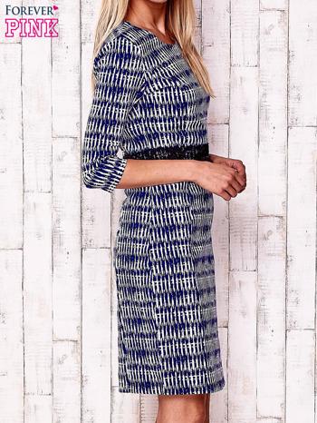 Granatowa sukienka w graficzne wzory z koronkową aplikacją                                  zdj.                                  3