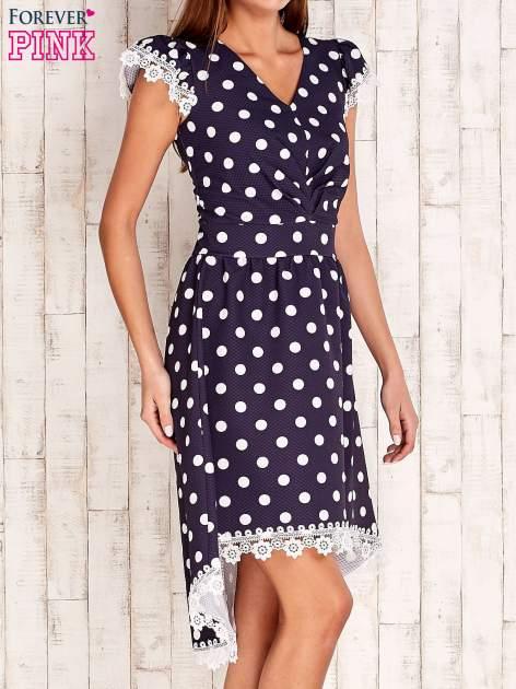 Granatowa sukienka w grochy z koronkowym wykończeniem                                  zdj.                                  3