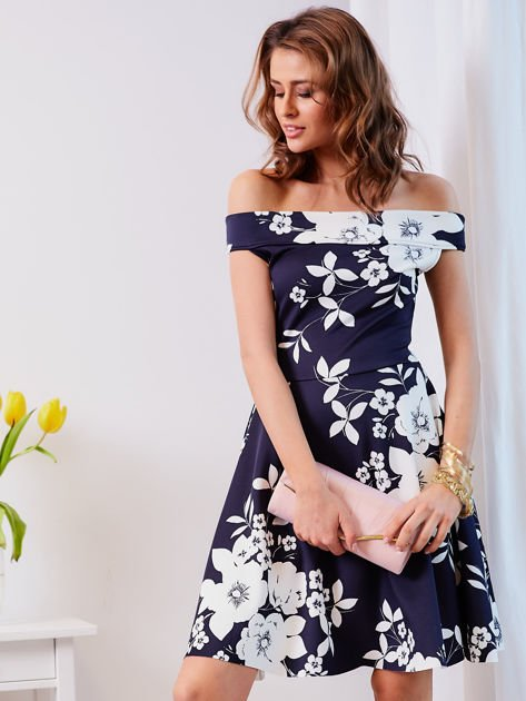 Granatowa sukienka w kontrastowe kwiaty                                  zdj.                                  1