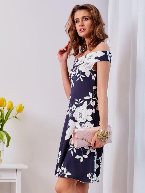 Granatowa sukienka w kontrastowe kwiaty                              zdj.                              3