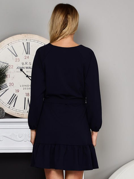 Granatowa sukienka z falbaną i wiązaniem                              zdj.                              2