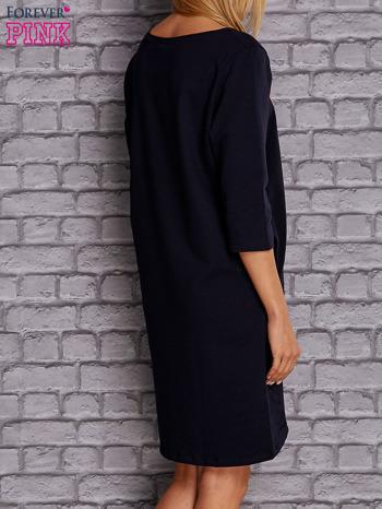 Granatowa sukienka z naszywkami                                  zdj.                                  4