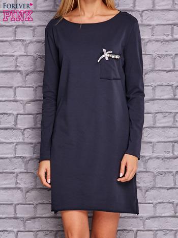 Granatowa sukienka z ozdobną przypinką                                  zdj.                                  1