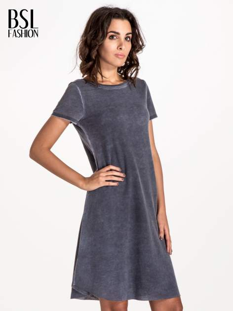 Granatowa sukienka z surowym wykończeniem