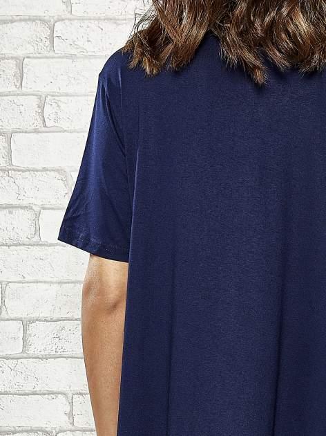 Granatowa sukienka z wydłużanymi bokami                                  zdj.                                  6