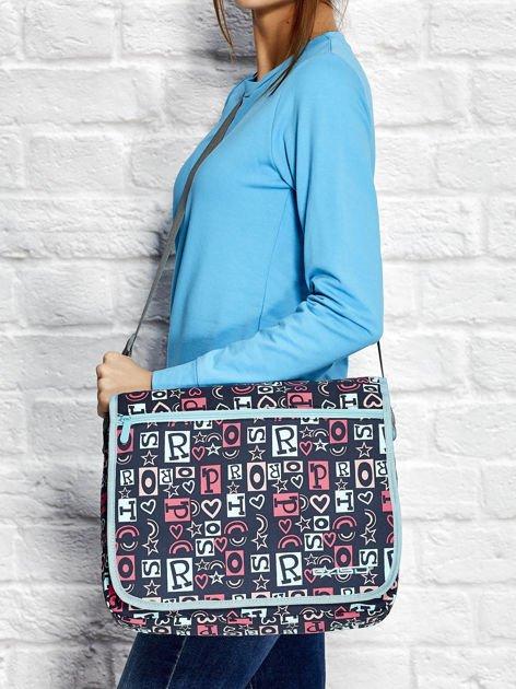 Granatowa torba na ramię z nadrukiem liter