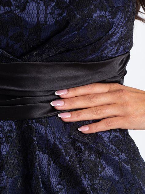 Granatowa wieczorowa sukienka z koronką i wiązaniem                              zdj.                              4